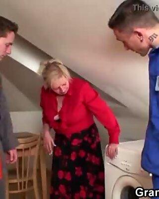 Alte Großschmutter spreizt für zwei Schwänze