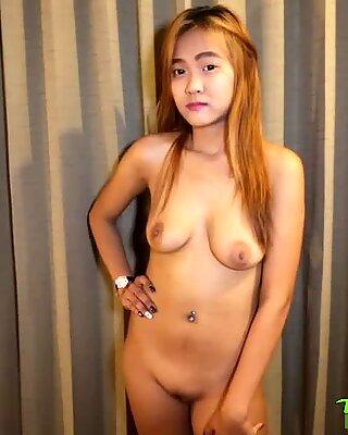 Schüchtern Thai Bimbo mit farbigem Haar genießt Sex