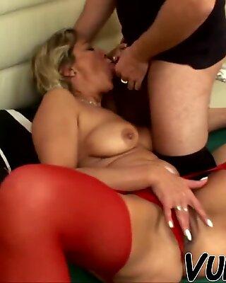 Heißer Sex mit attraktiver alter Frau!