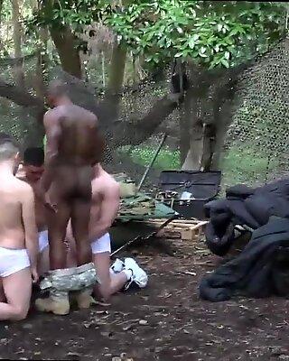 Marine wird von Schwul gewichst Ein unersättlicher Trainingstag endet mit