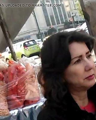 Lo Labios Carnosos y Rojos de una madurita en la calle