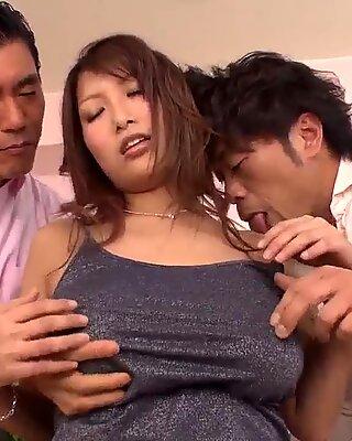 Vollbusig Yume Mizuki arbeitet an zwei harten Penisse
