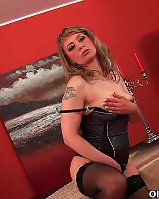 Sultry mature lady stretches her wanton pussy and squirts