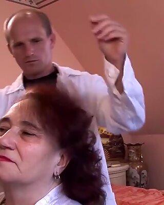 Pummelig-Mutter von ihrem Friseur gefickt