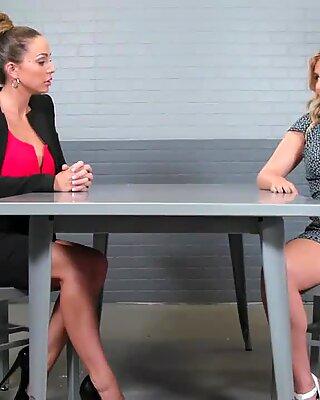 Lindsey og Abigail bliver mere erotisk, da de skiftede til at spise hinandens ud og moans i fornøjelser