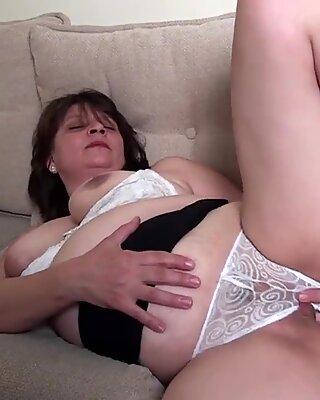 Notgeil Reif Schlampe masturbieren auf der Couch