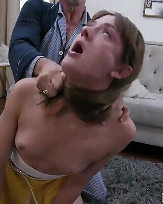 Notgeil Alter Mann wird verschwitzt, als er seinen Penis in Zoe SPARX lecker Coochie streckeln