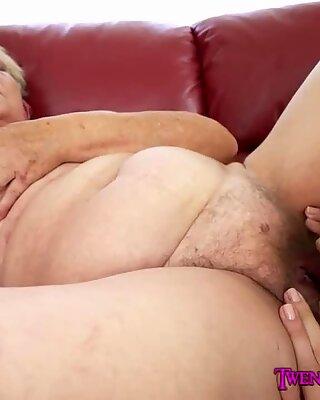 Oma isst eine enge junge Muschi