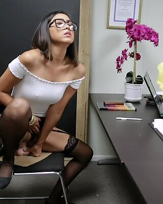 Seikkailunhaluinen Madam saa työpaikan ja välittömästi antaa itsensä tulevaisuuden Pomoon Toimistossa.