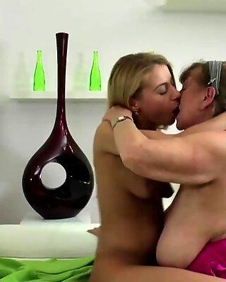 Steppemor Havin Groft Lesbisk Sex med Teenager Pige