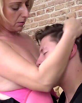 Linda isst Sperma aus dem Nickerchen 19 Jahre alt