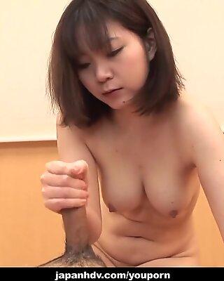 Titten fickt den Penis mit ihrem asiatischen Mund
