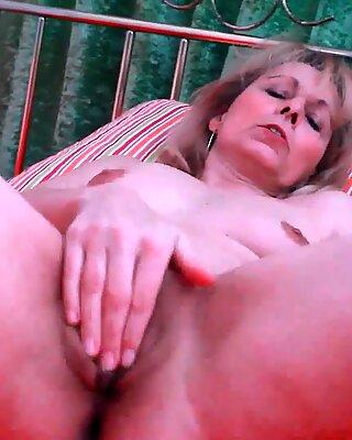 Geile OMA Kolo Blond füllt ihre saggy alte Muschi mit einem großen Dildo