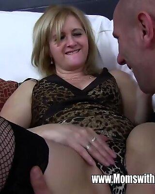 Moden Rengøringsdame Fucks Dreng på sofaen efter at have fanget ham med porno