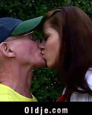 Älter Ihr Porno-Teenie genießt anal Invasion Sex mit OPA und schluckt sein Saftig Schwanz