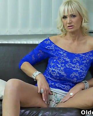 Euro Milf Roxana reibt wütend ihre Klitoris