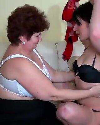 Ältere Frauen ficken mit jüngeren Frauen und lecken Frauen Pussy