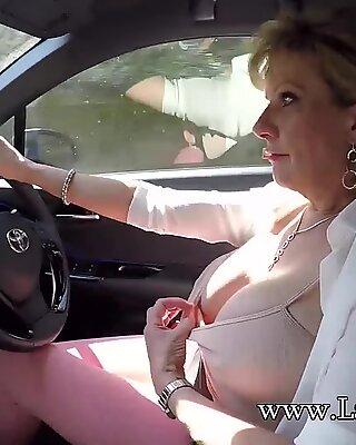 Người nhầy Tóc Vàng Lady Sonia chơi với ngực của mình khi lái xe