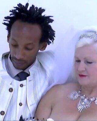 OMA BRIDE REITET SCHWANZ