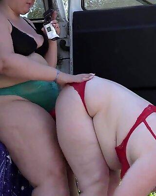 Spanner spionieren auf zwei Fett-Lesben, die einen Sexfilm in der Nähe des Autos machen. Reif-Freundinnen mit großen Ärschen Hinter den Szenen. Fetisch im Freien.