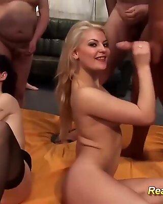 Süß Teenies erste echte Gangbang-Party