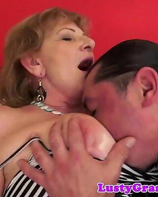 Bujné poprsí babička potěšená svými milenci péro