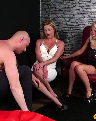 Euro Milf necken während der Bekleiden Frau und Nackter Mann Fetisch