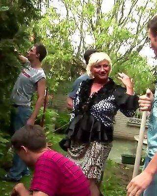REIF BBW Tante saugen und fickt 5 junge Jungs