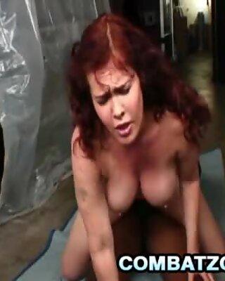 Mae Victoria alunecă o Pula negre între țâțele ei