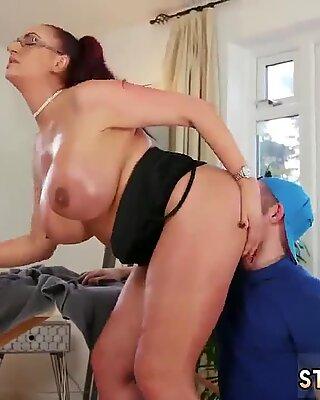 Francesas Maduras Milf Anal XXX Big Teta Step-Mãe Obtém um Massagem - Emma Butt