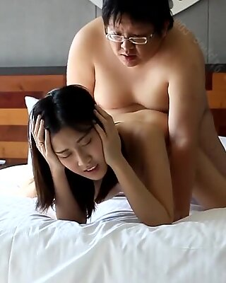 Fett Dummkopf pulverisieren eine asiatische Nutte