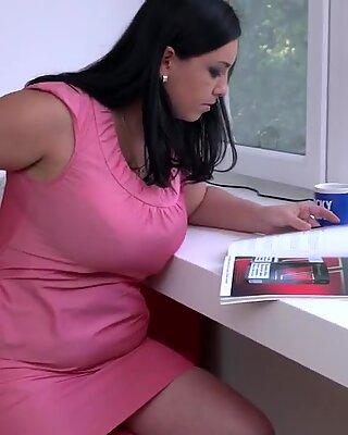 Ungezogen Reif Mutter Elivia mit hungriger Arsch und Muschi