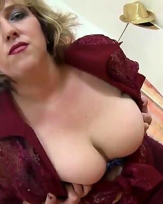 Big mature mom with hungry pussy