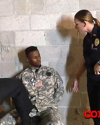 Armee s bbc nimmt weibliche notgeil cops befehle entgegen