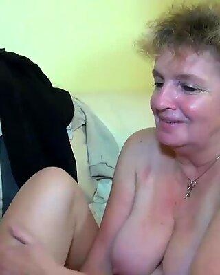 OMA masturbiert mit jungen Pärchen auf dem Bett Oldnanny