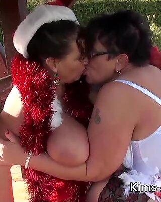 Lesbisch Omas in Santa-Outfits mit einem glücklichen Ende