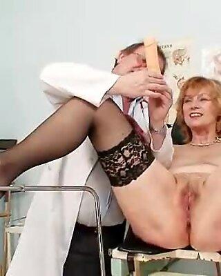 Zrzka babička špinavé kundička táhnoucí se v gyn klinice