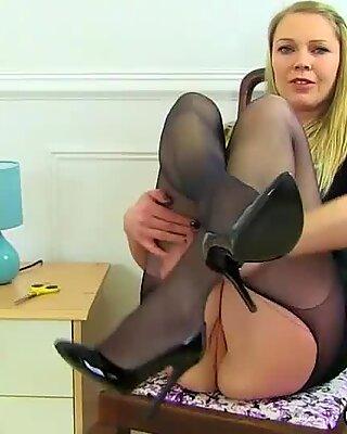 Bangsa English Ibu Seksi Ashleigh menolak jarinya ke fanny