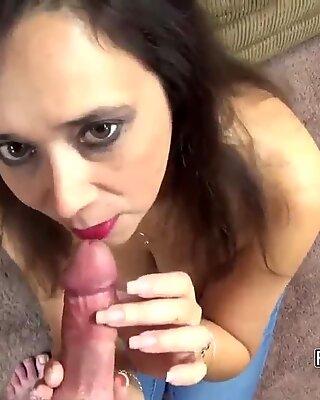 Vollbusiig Milf Alesia Vergnügen auf den Knien und saugen Penis