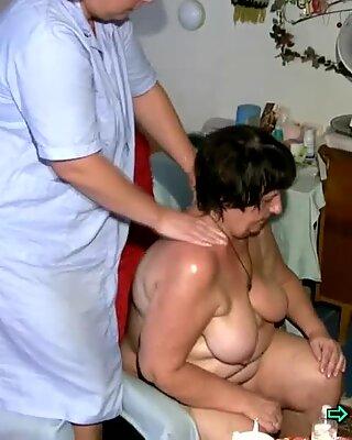 Slutty Oma genießt es, von jungen Betreuern eingeölt zu werden