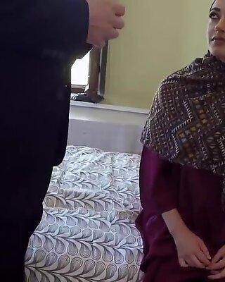 Muslimischer Soldat Erstes MAL A Mädel konnte ihren Aufenthalt im Hotel heute nicht bezahlen.