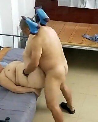 Alter asiatischer Kerl mit Nutte