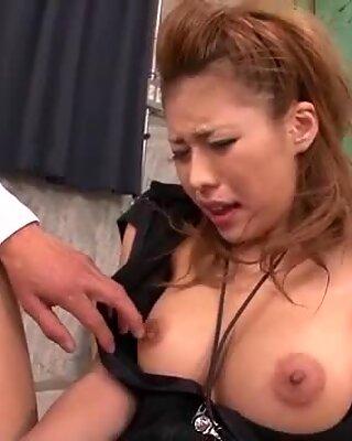 Haruka Sanadas gefällt mehrere Männer mit Blasen