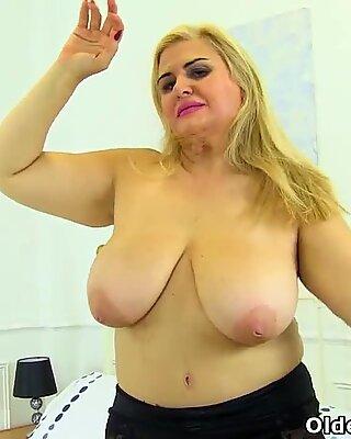 Spanische Milf Musa Libertina ist ihre rasierte Muschi