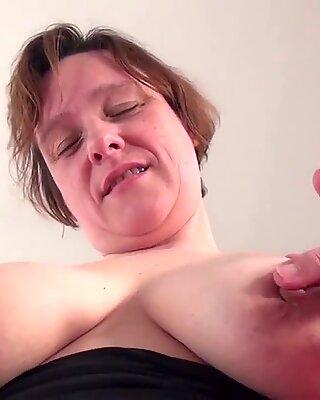 Amateur Hausfrau mit Hängetitten, die sich selbst anzieht