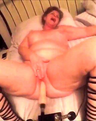 Pummelig Reif hart von ihrer Sexmaschine zu einem heißen Orgasmus gefickt