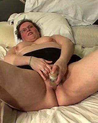 BBW echte Mutter, die auf ihrem Bett spielt