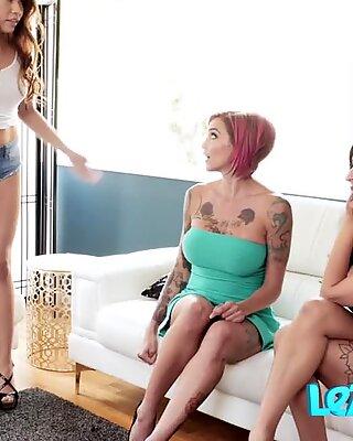 Matang Bisseksual Tatu Perempuan Rim oleh Remaja di atas katilnya