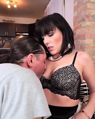Stokin ibu seksi menghisap batang