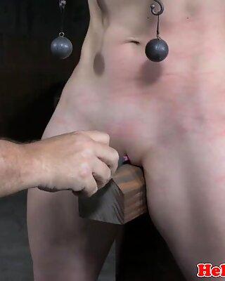 BDSM SKLAVE wird in dunklen Verlens zurückgehalten